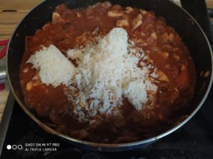 Poté přidám uvařenou rýži - přidávám ji postupně